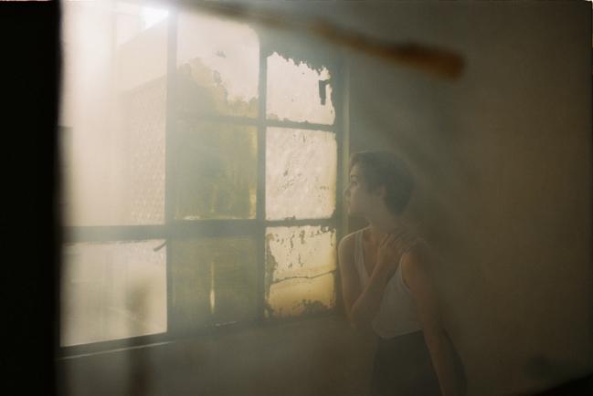 Retrato de modelo en ventana